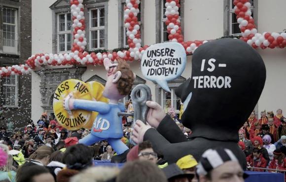 Terrorista del Estado Islámico dando cuerda a un miembro del partido ultraderechista alemán. Foto: EFE