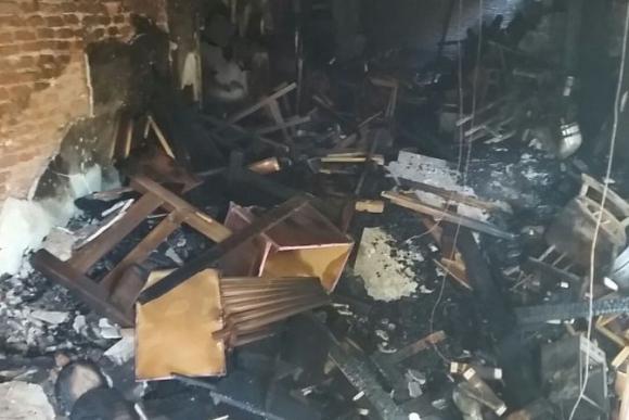 Pérdidas totales tras incendio en mueblería del barrio Cordón. Foto: Ariel Colmegna.