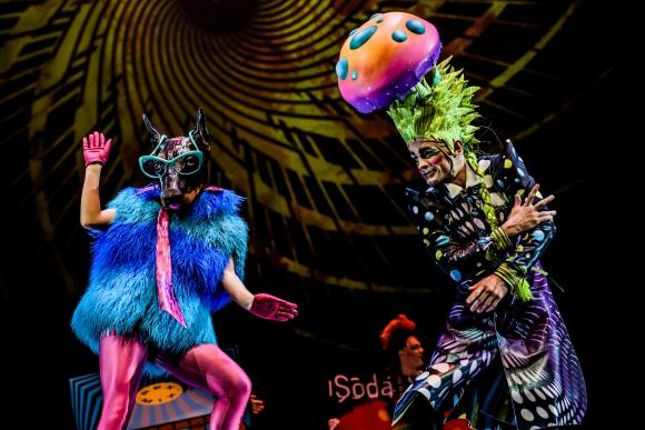Séptimo Día es una impresionante fusión de acrobacias, coreografías, luces, disfraces y música.