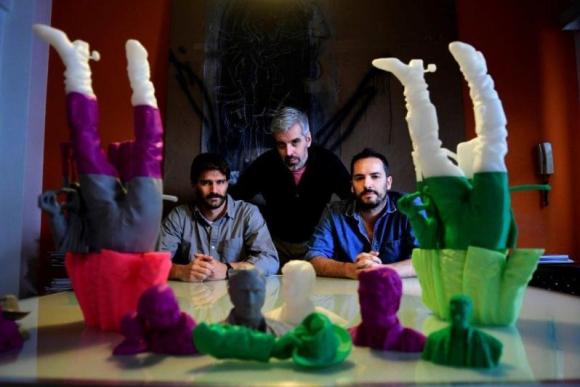 Los arquitectos Rodrigo Melazzi y Andrés Nogueira, y el artista visual Fernando Foglino con piezas escultóricas impresas en 3D. Foto: Marcelo Bonojour.