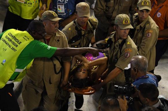El desfile nunca se suspendió, y eso desató críticas en las redes. Foto: AFP
