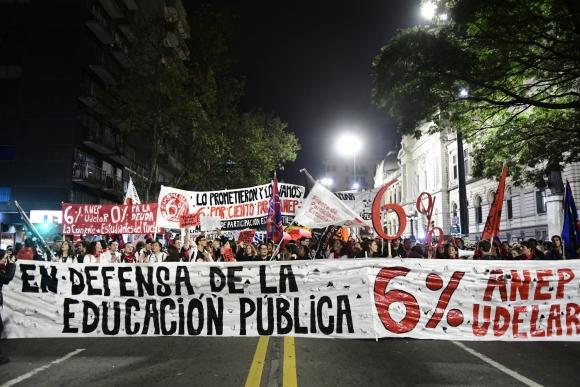 Marcha de la Federación de Estudiantes Universitarios en reclamo por el 6% para la educación. Foto: Marcelo Bonjour