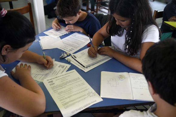 Niños estudiando matemáticas en Los Pinos. Foto: Fernando Ponzetto