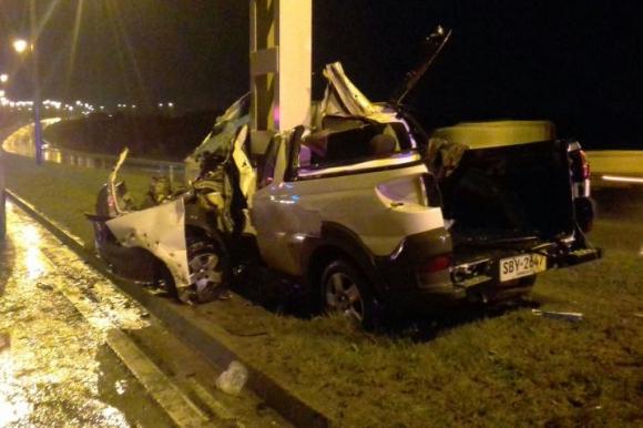 Camioneta se estrelló contra una columna en la ruta 102. Foto: Gentileza de un lector.