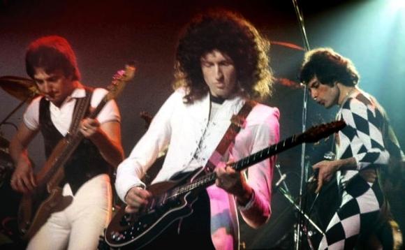 Freddie Mercury y Brian May en un concierto de Queen en 1977. Foto: Wikimedia