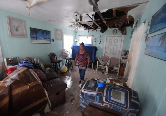 Las familias retornan a sus casas destruidas tras el huracán. Foto: AFP