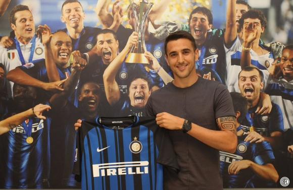 Matías Vecino posa con la camiseta del Inter, su nuevo club en Italia. Foto: @Inter