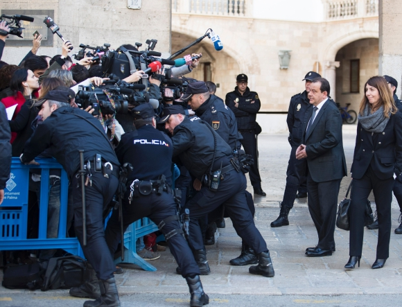 El fiscal español Pedro Horrach habla con los periodistas después del fallo. Foto: AFP