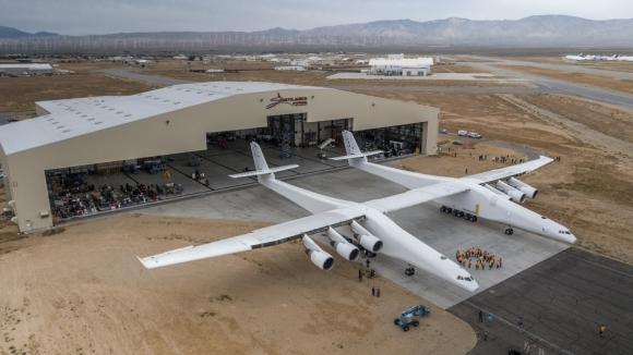 El avión más grande del mundo sale del hangar. Foto: AFP