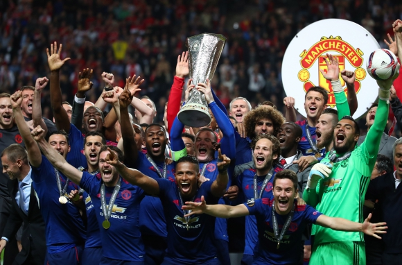 Wayne Rooney levantó el trofeo en la consagración del United. Foto: Reuters