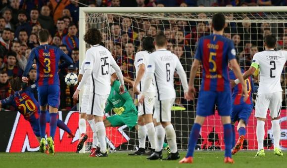 El agónico gol. Sergi Roberto toca con lo justo la pelota para vencer por sexta vez a Trapp y concretar la heroica clasificación de Barcelona a cuartos. Foto: Reuters