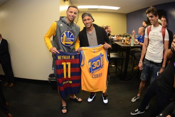 Neymar y Stephen Curry cambiaron camisetas en plenas finales de la NBA. Foto: Marca