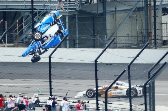 El auto de Scott Dixon voló por el aire. Foto: Reuters