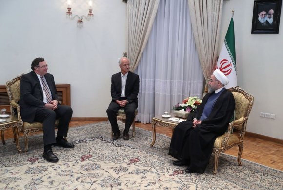 El presidente iraní Hasán Rouhaní con el presidente del grupo Total, Patrick Pouyanne. Foto: AFP