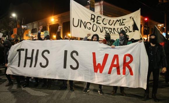 Protestas contra la exposición del ultraderechista Yiannopoulos en Berkeley. Foto: AFP.