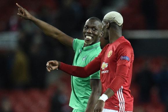 Los hermanos Pogba, a las risas en Old Trafford. Foto: AFP