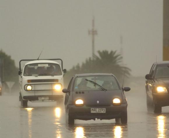 Lluvias llegaron a 60 milímetros en Colonia con vientos que hicieron volar techos.
