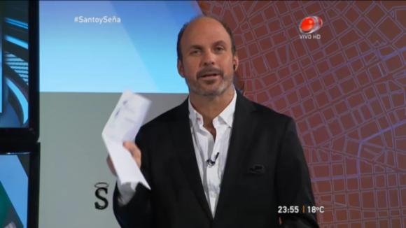 Nacho Álvarez anoche, con el documento del Inau en su mano (Captura tv)