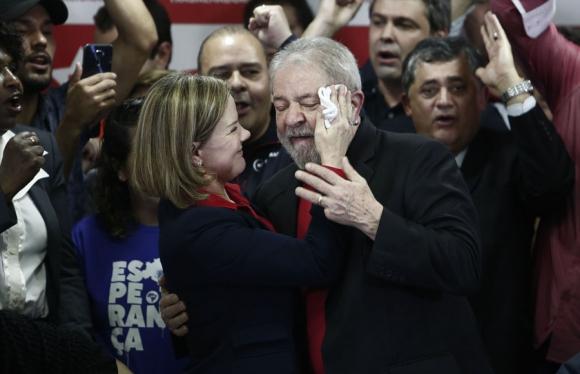 La presidenta del PT, Gleisi Hoffmann, le seca la cara a Lula tras el acto de  ayer. Foto: AFP