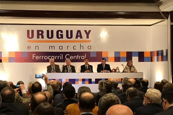 Ministros en la presentación del proyecto Ferrocarril Central. Foto: Pablo Fernández.