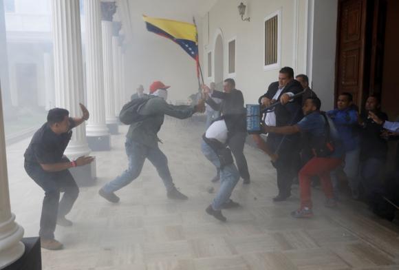 Unas 40 personas partidarias de Maduro asaltaron el edificio. Foto: Reuters