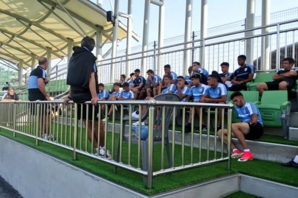 Fabián Coito empezó a dialogar con los jugadores sobre el próximo rival. Foto: @Uruguay