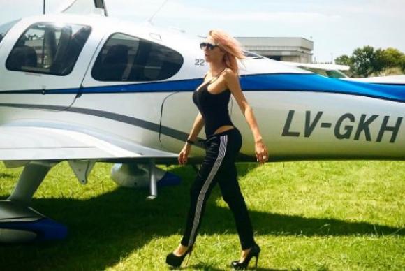Vicky Xipolitakis muy sexy antes de embarcar