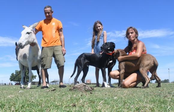 Juan Echavarría y Laura Medina en el predio de animales sin hogar. Foto: Francisco Flores