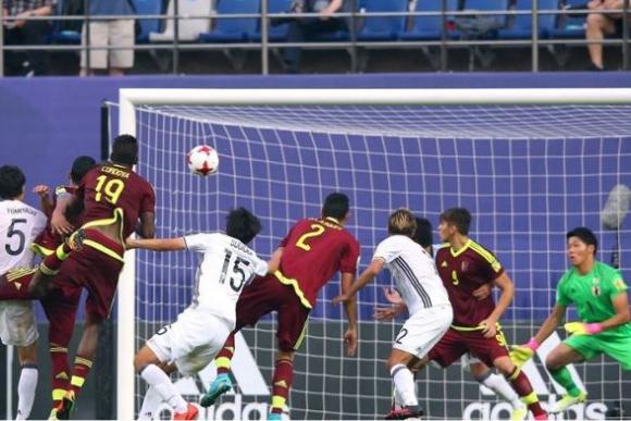 Yangel Herrera metió el cabezazo inalcanzable para Ryosuke Kojima. Foto: FIFA
