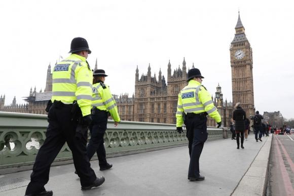 El puente de Westmister fue reabierto ayer jueves bajo fuertes medidas de seguridad. Foto: AFP