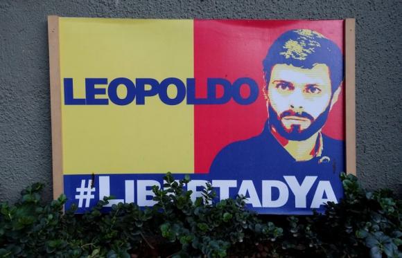 Cartel pidiendo la liberación de Leopoldo López. Foto: Reuters