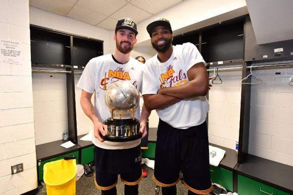 Kevin Love y Tristan Thompson con el trofeo de la Conferencia. Foto: AFP