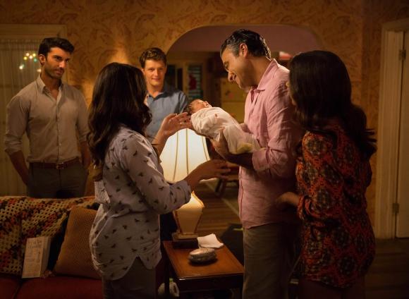 Rogelio, el padre de Jane, carga a Mateo. Lo observan Rafael y Michael.