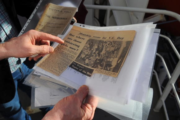 Recortes: La historia del padre de Brian llegó a los diarios ingleses de la época. Foto: Fernando Ponzetto