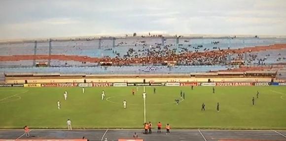 Jugadores de Nacional y Zulia parados al inicio del partido. Foto: captura TV