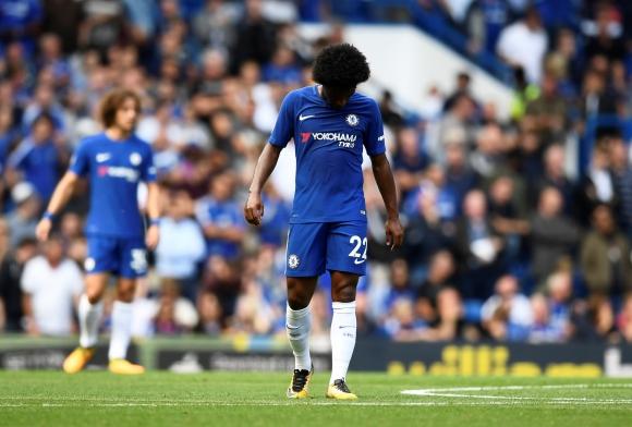 El lamento de William tras la derrota del Chelsea en el debut de Premier. Foto: Reuters
