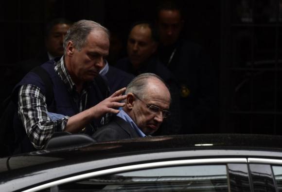 Rato sale de su residencia en Madrid, con policías, en el comienzo del caso judicial. Foto: AFP