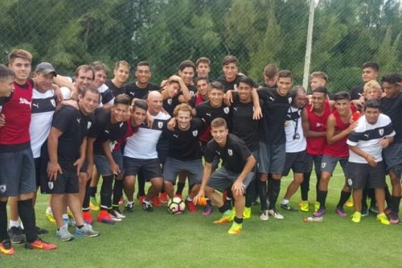 Diego Forlán entrenó junto a la selección sub 17. Foto: @Uruguay