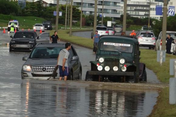 Una intensa cortina de agua causó problemas en el tránsito de Punta del Este. Foto: Ricardo Figueredo