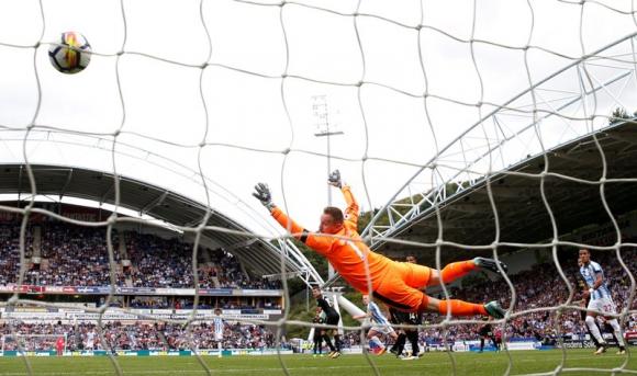 El australiano Aaron Mooy convirtió un gran gol para el Huddersfield. Foto: Reuters