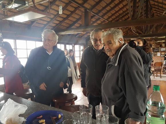 Noam Chomsky y José Mujica juntos en el Quincho de Varela. Foto: Facebook El Quincho de Varela