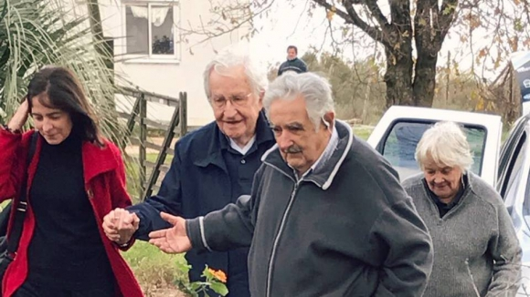Noam Chomsky, Lucía Topolansky y José Mujica. Foto: Twitter @TopolanskyLucia
