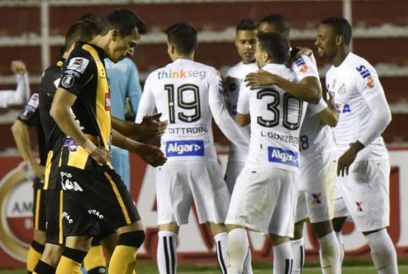 Los brasileños festejan la clasificación mientras los bolivianos se lamentan. Foto: AFP