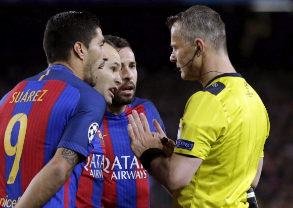 Luis Suárez y la protesta hacia los árbitros en un partido complicado. Foto: EFE