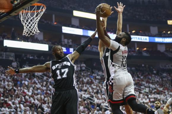 James Harden fue incontenible para Simmons. Ganaron los Rockets. Foto: Reuters