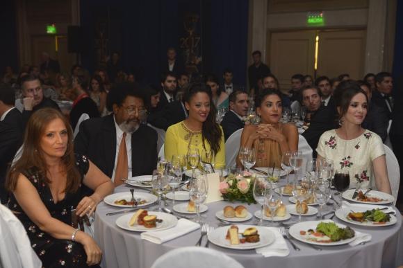 En la mesa que compartió con su esposa y sus hijas, además de Natalia Oreiro.