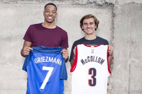 CJ McCollum y Antoine Griezmann intercambiando camisetas. Foto: NBA