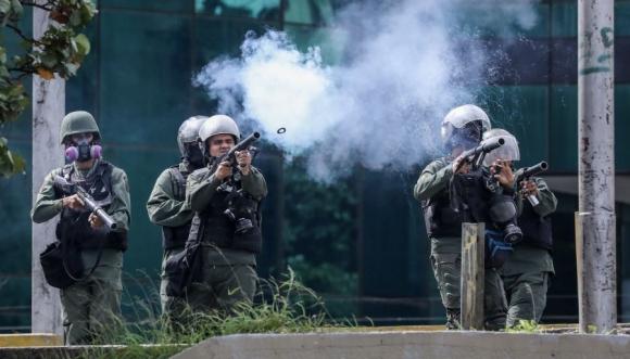 La Policía mantuvo un nuevo choque con opositores a Maduro. Foto: EFE
