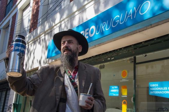 Bruno, uno de los primeros en registrarse para comprar cannabis. Foto: AFP