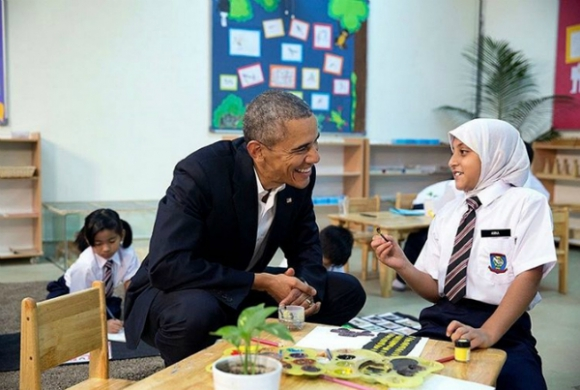 Una de sus tomas más famosas: Obama con una nilña refugiada.